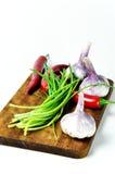 Bordo con le verdure isolate su fondo bianco Fotografia Stock Libera da Diritti