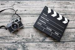 Bordo d'annata della macchina fotografica e dell'ardesia o di valvola sul tableclo di legno della stampa Immagini Stock