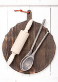 Bordo d'annata, matterello e vecchi cucchiai di legno Fotografia Stock Libera da Diritti