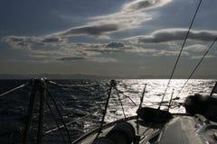 A bordo de um iate da navigação no dia de verão quente Fotos de Stock Royalty Free