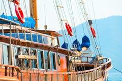 A bordo de um iate de madeira da navigação Imagens de Stock Royalty Free