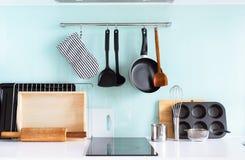 Bordo degli articoli della Tabella dei piatti di natura morta della cucina fotografie stock libere da diritti