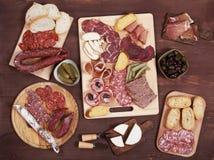 Bordo del Charcuterie con carne ed olive curate fotografia stock libera da diritti