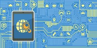 Bordo del computer con una compressa e le icone di media del sociale Fotografie Stock