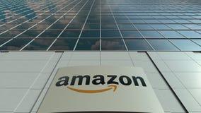 Bordo del contrassegno con Amazon logo di COM Facciata moderna dell'edificio per uffici Rappresentazione editoriale 3D Immagine Stock