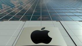 Bordo del contrassegno con Apple inc marchio Facciata moderna dell'edificio per uffici Rappresentazione editoriale 3D Fotografia Stock
