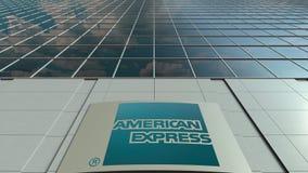 Bordo del contrassegno con il logo di American Express Facciata moderna dell'edificio per uffici Rappresentazione editoriale 3D Immagine Stock Libera da Diritti