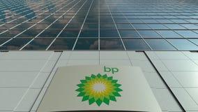Bordo del contrassegno con il logo di BP Facciata moderna dell'edificio per uffici Rappresentazione editoriale 3D Fotografie Stock