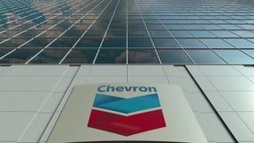 Bordo del contrassegno con il logo di Chevron Corporation Facciata moderna dell'edificio per uffici Rappresentazione editoriale 3 Fotografia Stock