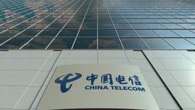 Bordo del contrassegno con il logo di China Telecom Facciata moderna dell'edificio per uffici Rappresentazione editoriale 3D Fotografia Stock Libera da Diritti
