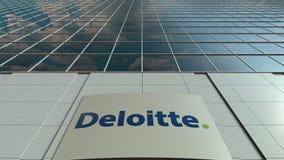 Bordo del contrassegno con il logo di Deloitte Facciata moderna dell'edificio per uffici Rappresentazione editoriale 3D Fotografia Stock