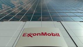 Bordo del contrassegno con il logo di ExxonMobil Facciata moderna dell'edificio per uffici Rappresentazione editoriale 3D Fotografie Stock