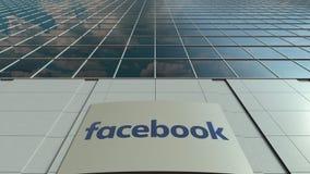 Bordo del contrassegno con il logo di Facebook Facciata moderna dell'edificio per uffici Rappresentazione editoriale 3D Immagine Stock
