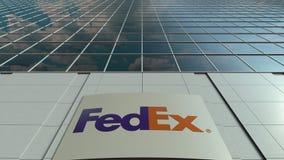 Bordo del contrassegno con il logo di Fedex Facciata moderna dell'edificio per uffici Rappresentazione editoriale 3D Fotografie Stock Libere da Diritti