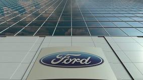 Bordo del contrassegno con il logo di Ford Motor Company Facciata moderna dell'edificio per uffici Rappresentazione editoriale 3D Fotografia Stock