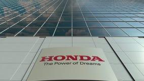 Bordo del contrassegno con il logo di Honda Facciata moderna dell'edificio per uffici Rappresentazione editoriale 3D Fotografia Stock