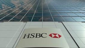 Bordo del contrassegno con il logo di HSBC Facciata moderna dell'edificio per uffici Rappresentazione editoriale 3D Immagine Stock Libera da Diritti