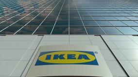 Bordo del contrassegno con il logo di Ikea Facciata moderna dell'edificio per uffici Rappresentazione editoriale 3D Fotografia Stock Libera da Diritti