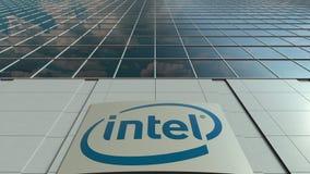 Bordo del contrassegno con il logo di Intel Corporation Facciata moderna dell'edificio per uffici Rappresentazione editoriale 3D Fotografie Stock