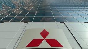 Bordo del contrassegno con il logo di Mitsubishi Facciata moderna dell'edificio per uffici Rappresentazione editoriale 3D Immagine Stock