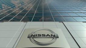 Bordo del contrassegno con il logo di Nissan Facciata moderna dell'edificio per uffici Rappresentazione editoriale 3D Fotografia Stock
