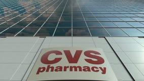 Bordo del contrassegno con il logo di salute di CVS Facciata moderna dell'edificio per uffici Rappresentazione editoriale 3D Immagini Stock
