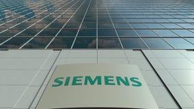 Bordo del contrassegno con il logo di Siemens Facciata moderna dell'edificio per uffici Rappresentazione editoriale 3D Fotografie Stock