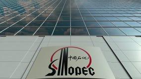 Bordo del contrassegno con il logo di Sinopec Facciata moderna dell'edificio per uffici Rappresentazione editoriale 3D Fotografia Stock Libera da Diritti