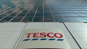 Bordo del contrassegno con il logo di Tesco Facciata moderna dell'edificio per uffici Rappresentazione editoriale 3D Immagini Stock