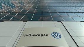 Bordo del contrassegno con il logo di Volkswagen Facciata moderna dell'edificio per uffici Rappresentazione editoriale 3D Fotografia Stock