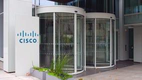 Bordo del contrassegno della via con il logo di Cisco Systems Edificio per uffici moderno Rappresentazione editoriale 3D Fotografia Stock