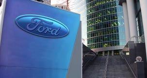 Bordo del contrassegno della via con il logo di Ford Motor Company Grattacielo del centro dell'ufficio e fondo moderni delle scal Immagini Stock Libere da Diritti