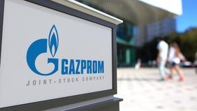 Bordo del contrassegno della via con il logo di Gazprom Centro vago dell'ufficio e fondo di camminata della gente Rappresentazion Fotografia Stock