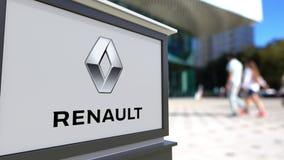 Bordo del contrassegno della via con il logo di Groupe Renault Centro vago dell'ufficio e fondo di camminata della gente 3D edito Immagine Stock