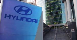 Bordo del contrassegno della via con il logo di Hyundai Motor Company Grattacielo del centro dell'ufficio e fondo moderni delle s Immagini Stock