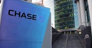 Bordo del contrassegno della via con il logo di JPMorgan Chase Bank Grattacielo del centro dell'ufficio e fondo moderni delle sca Immagini Stock