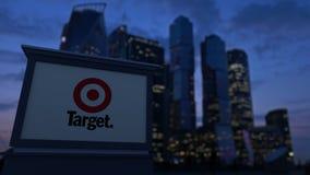 Bordo del contrassegno della via con il logo di Target Corporation nella sera Fondo vago dei grattacieli del distretto aziendale Fotografia Stock Libera da Diritti