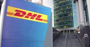 Bordo del contrassegno della via con il logo preciso di DHL Grattacielo del centro dell'ufficio e fondo moderni delle scale 3D ed Immagini Stock Libere da Diritti