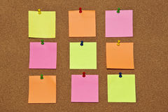 Bordo del sughero con il post-it sopra Immagine Stock