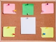 Bordo del sughero e bianco della carta in bianco isolato immagini stock