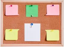 Bordo del sughero e bianco della carta in bianco isolato immagine stock