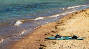 Bordo del surfista sulla spiaggia Fotografia Stock