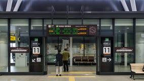 Bordo dell'entrata e di informazioni della pista dei treni ad alta velocità Fotografia Stock