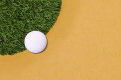 Bordo della palla da golf del campo di erba Fotografia Stock Libera da Diritti