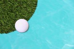 Bordo della palla da golf del campo di erba Fotografia Stock