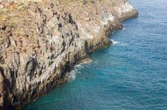 Bordo della scogliera fuori sopra l'Oceano Atlantico sulle isole Canarie immagini stock libere da diritti
