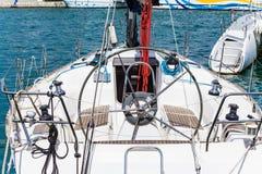 A bordo della visualizzazione di una barca a vela a porta Fotografia Stock