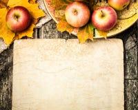 Bordo di autunno dalle mele e dai fogli Immagine Stock
