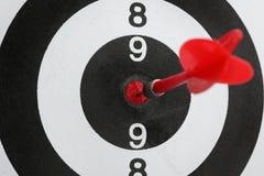 Bordo di dardo con la freccia di colore che colpisce obiettivo fotografie stock