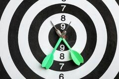Bordo di dardo con le frecce di colore immagine stock libera da diritti